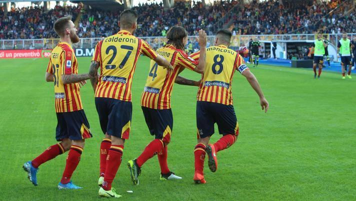 L'esultanza dei giocatori del Lecce. Ansa