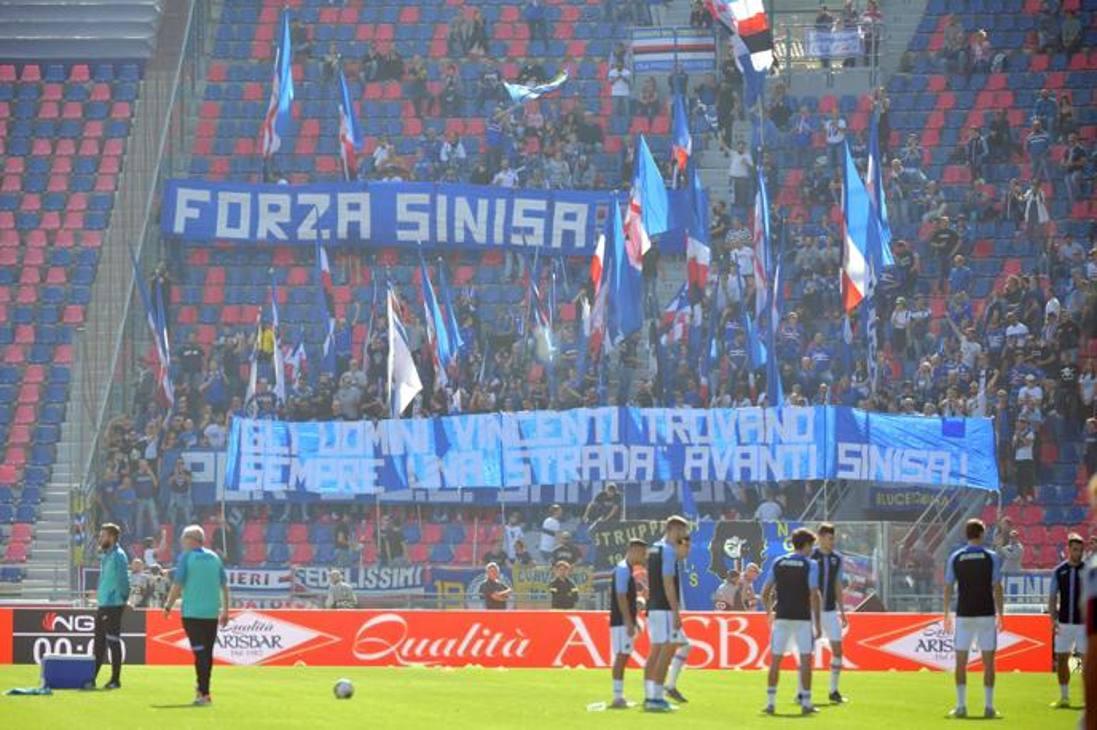 """I tifosi blucerchiati in trasferta a Bologna hanno dedicato un pensiero al tecnico rossoblù: """"Forza Sinisa"""" recitano gli striscioni. LaPresse"""