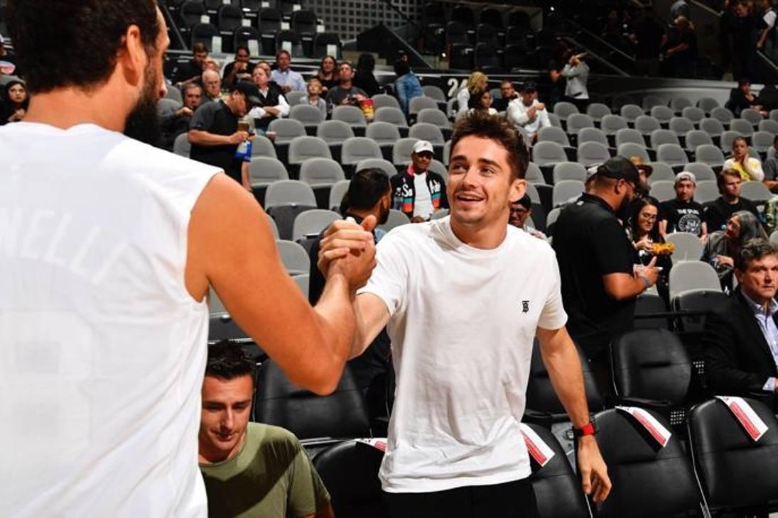 Il saluto di Belinelli a Leclerc prima della sfida dell'AT&T Center di San Antonio