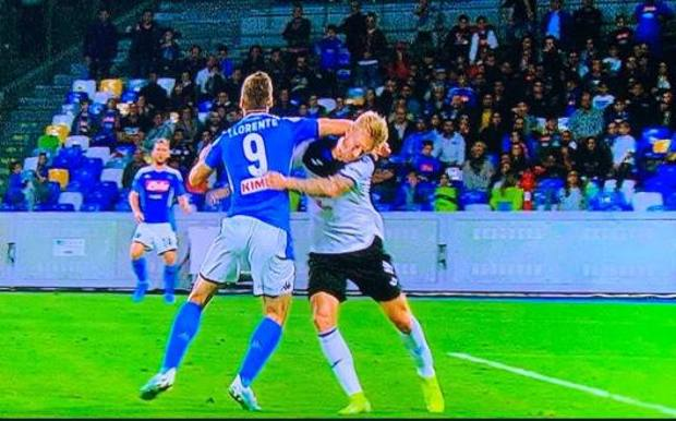 Il contatto Llorente-Kjaer nell'occasione del presunto rigore in Napoli-Atalanta