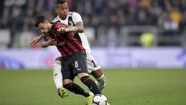 Suso fermato da Alex Sandro nell'ultimo confronto tra Juve e Milan. Getty