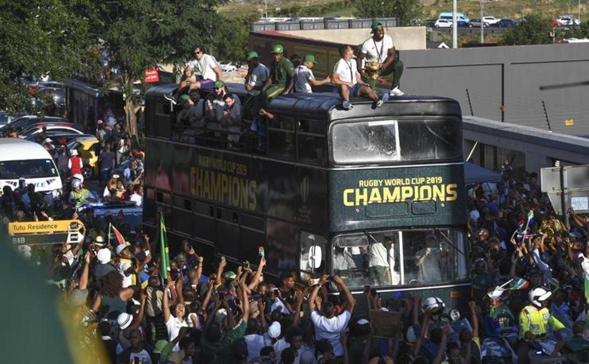 Il bus dei campioni accolto a Soweto. Epa