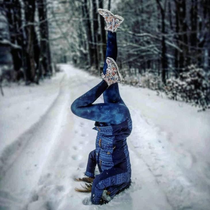 A proposito di verticali, ecco come riscaldarsi prima di una bella sciata o camminata in montagna. Solo per pro! @yogi_goddes