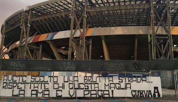 Lo striscione che è stato appeso davanti allo stadio San Paolo