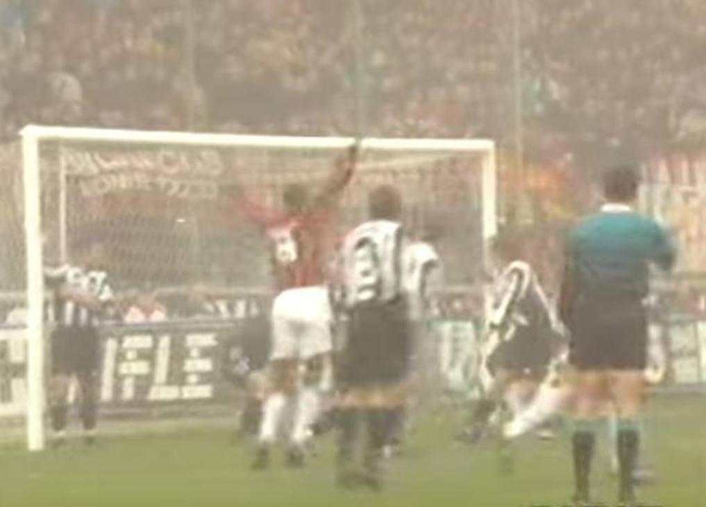 Il 30 novembre del '97 la Juve arriva a San Siro con nove punti di vantaggio sui rossoneri. La gara termina 1-1, decisa da due episodi: l'autorete di Ciro Ferrara al 27' (nella foto) e il gol di Pippo Inzaghi su papera di Taibi al 32'. In panchina sedevano Capello e Lippi