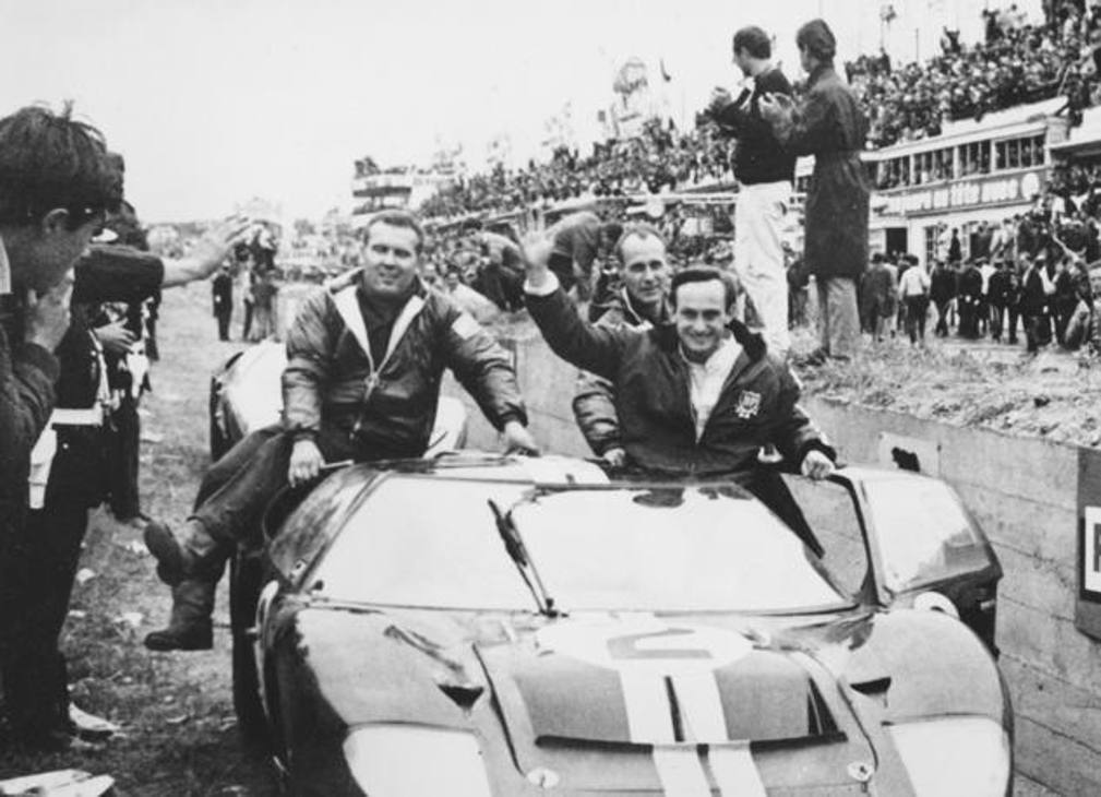 A destra Chris Amon saluta la folla sulla GT40 numero 2 al termine della 24 Ore di Le Mans. Ap