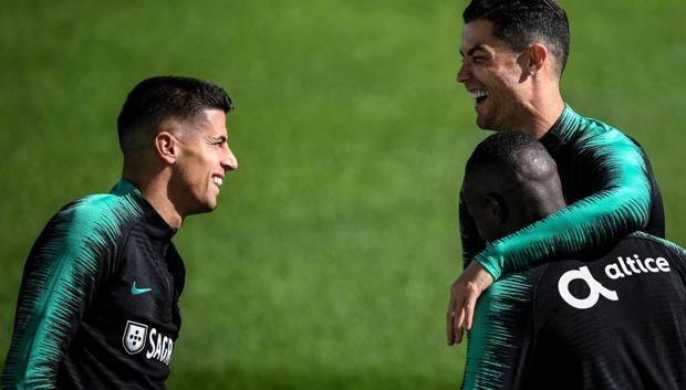 Cristiano Ronaldo sorridente insieme a Cancelo nel ritiro della nazionale portoghese. Afp