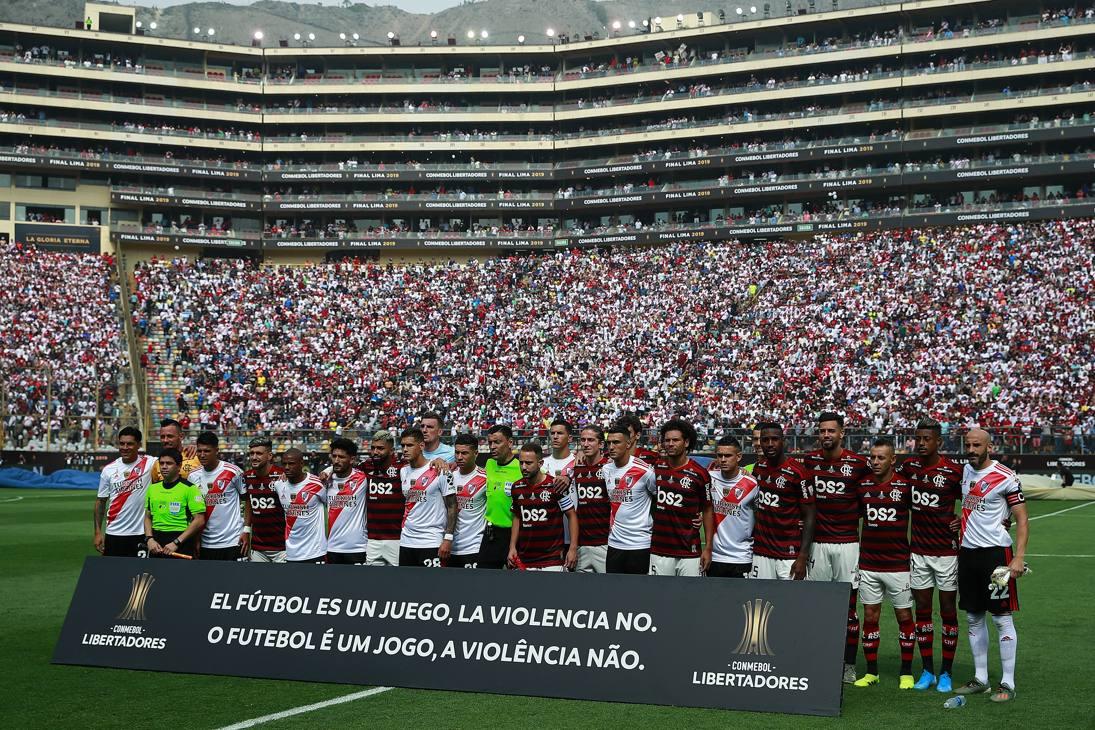 I giocatori del Flamengo e del River Plate posano insieme agli arbitri prima dell'inizio della finale. Getty