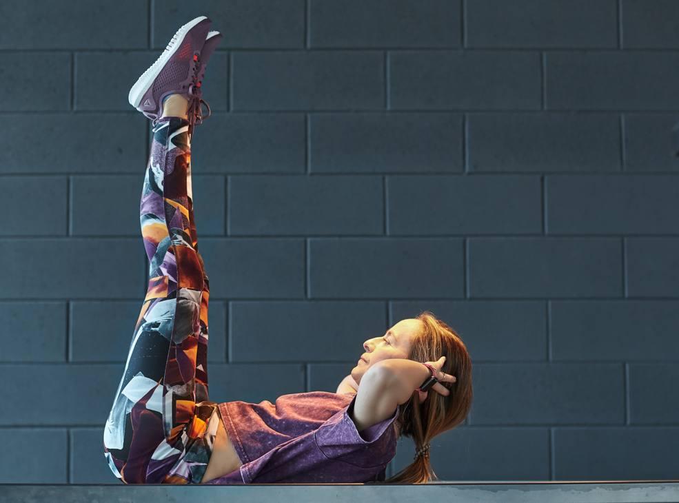 Crunch a gambe tese: gambe sollevate a squadra, mani alla nuca, schiena aderente al suolo, contrai l'addome e sollevati con il busto. Torna in posizione iniziale e fai 2 serie da 12 ripetizioni.