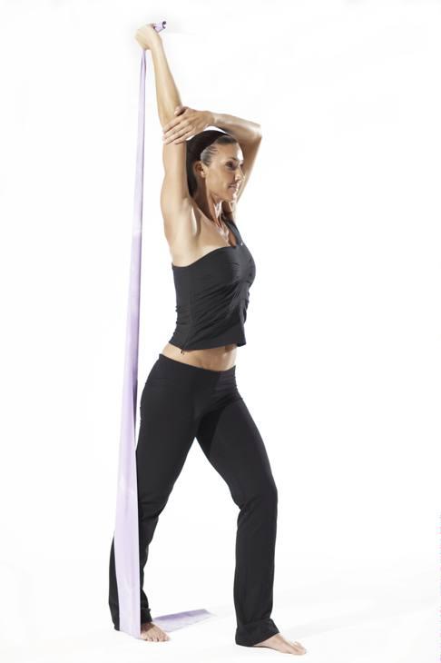 Tricipiti. Elastico sotto il piede destro, afferrare l'estremità poi tenderlo estendendo il braccio in alto. 3 serie da 5 ripetizioni per braccio