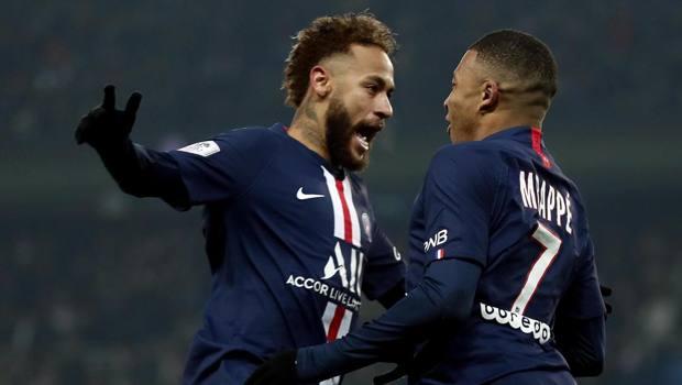 Neymar e Mbappé festeggiano il gol di tacco del francese EPA