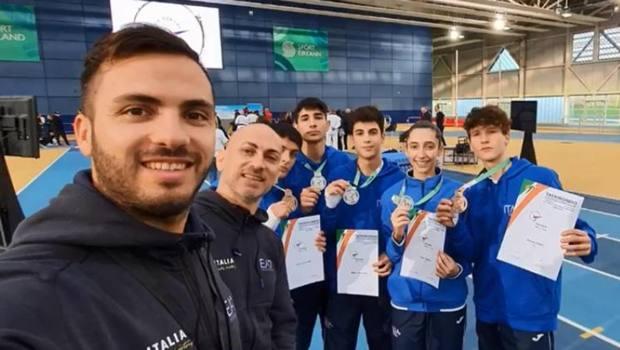 I cinque medagliati nella classe junior con i coach azzurri