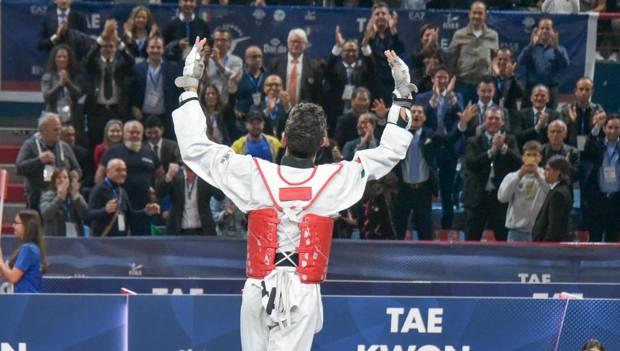 Vito Dell'Aquila si prende gli applausi del pubblico opo la vittoria del titolo Europeo DI TONDO