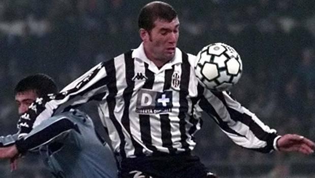 Zinedine Zidane con la maglia della Juve. Ap