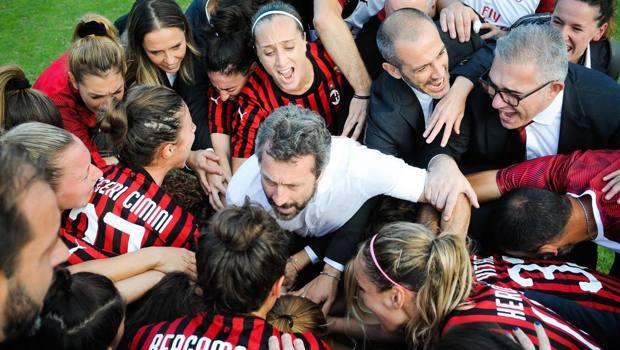 Il tecnico Maurizio Ganz tra le sue giocatrici