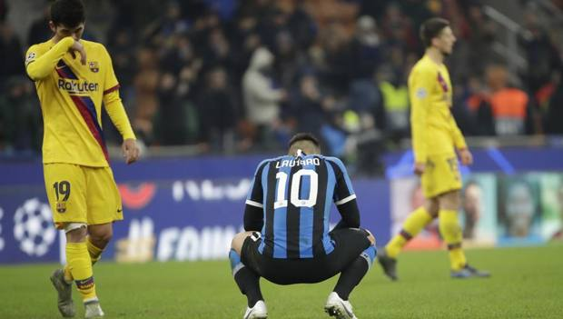Lautaro Martinez, 22 anni, sconsolato dopo la sconfitta col Barcellona che ha estromesso l'Inter dalla Champions League. Ap