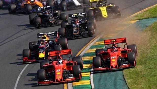 Le Ferrari di Vettel e Leclerc seguite dalle altre monoposto al via del GP d'Australia 2019. Getty