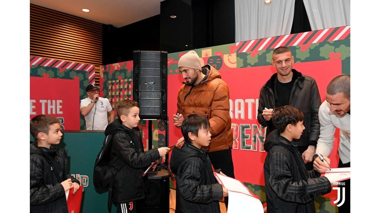 I ragazzi delle giovanili della Juventus hanno incontrato i loro idoli per la festa di Natale, all'insegna del tema 'Celebriamo le diversità', che si è svolta allo Stadium. Emre Can, Demiral e Bonucci firmano autografi.
