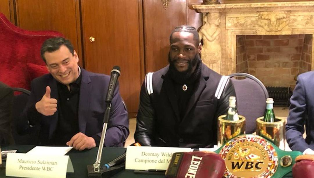 Deontay Wilder con il presidente della Wbc, Mauricio Sulaiman