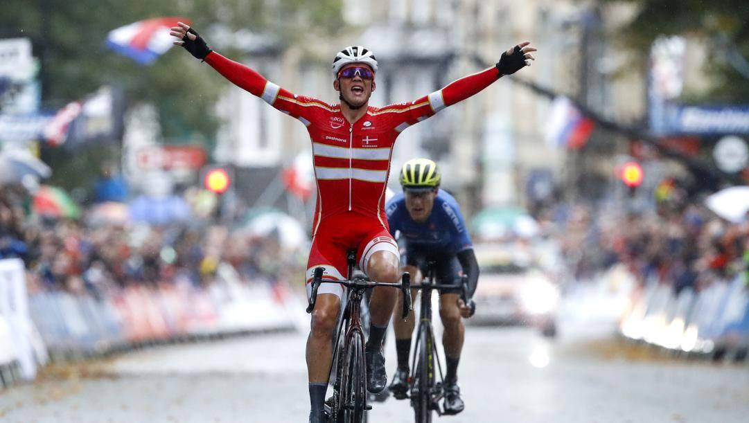 È il 29 settembre: ad Harrogate, Mads Pedersen, 23 anni, vince il Mondiale. Bettini