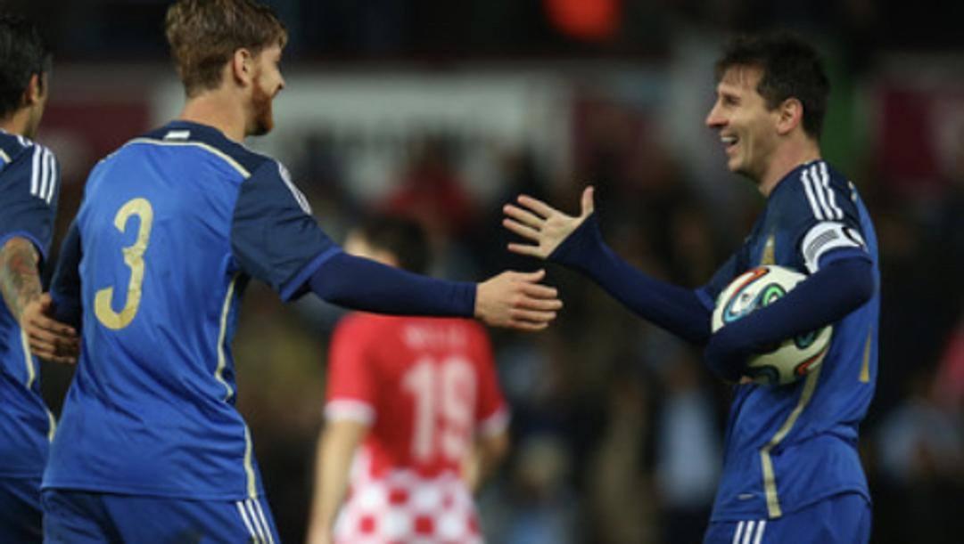 Cristian Ansaldi, 33 anni, insieme all'amico Leo Messi