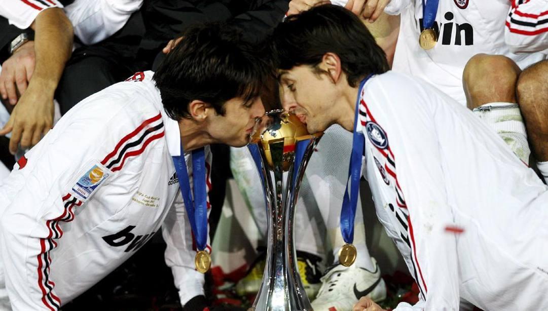 Kakà e Pippo Inzaghi baciano la coppa. Afp