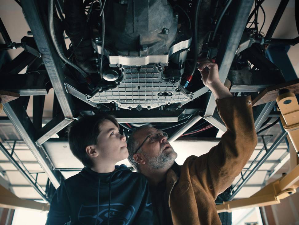 Padre e figlio al lavoro sulla loro Aventador SV