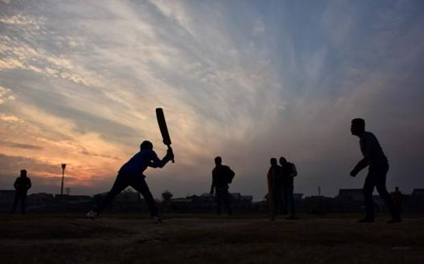 Partita di cricket al tramonto nel Kashmir. Afp