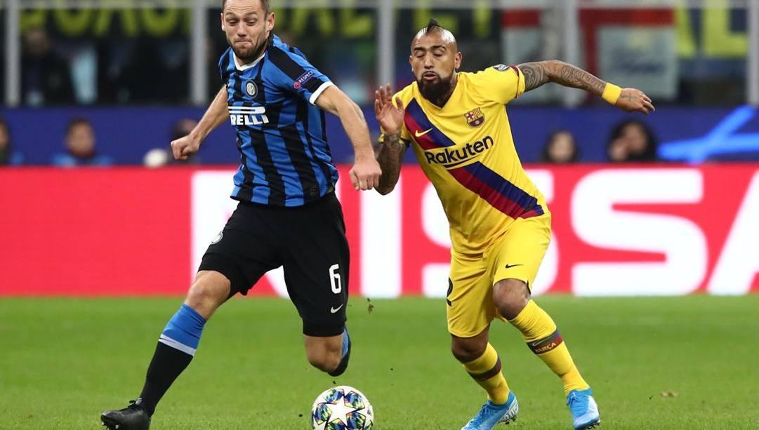 Vidal a duello con De Vrij nell'ultimo Inter-Barça di Champions: da gennaio potrebbero essere compagni. AFP