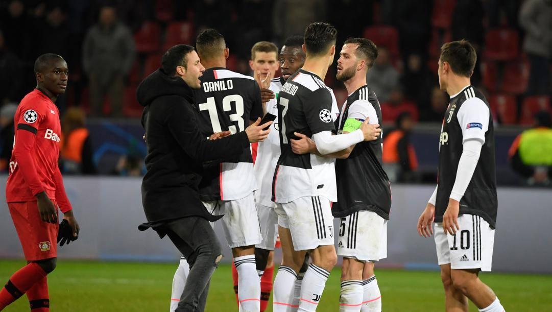 I giocatori della Juve esultano dopo la vittoria di Leverkusen che ha chiuso il loro girone. AFP