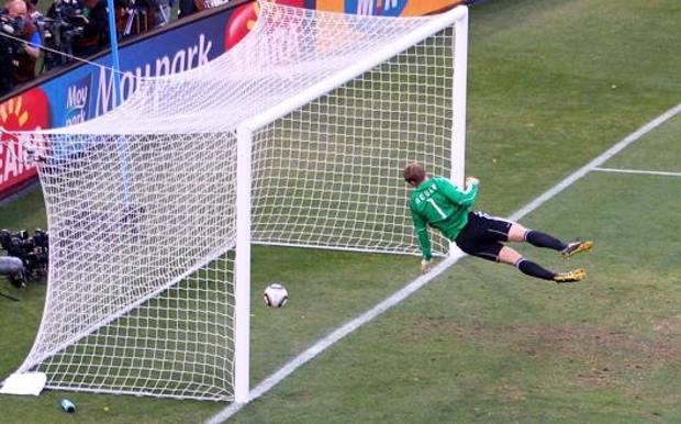 Neuer è battuto, la palla è nettamente oltre la linea: è il gol-fantasma che cambia la storia. Getty