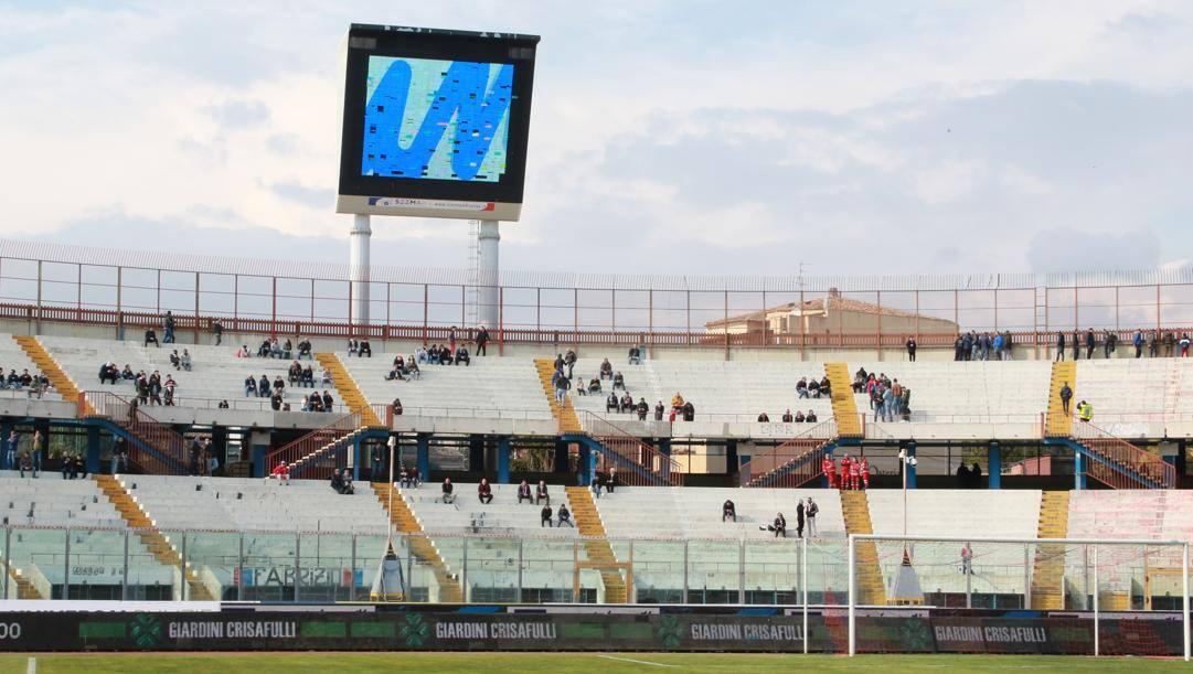 Un'immagine della curva Nord dello stadio Massimino: i tifosi del Catania hanno abbandonato lo stadio, facendo scendere il dato dei paganti a soli 800, minimo storico. Lapresse