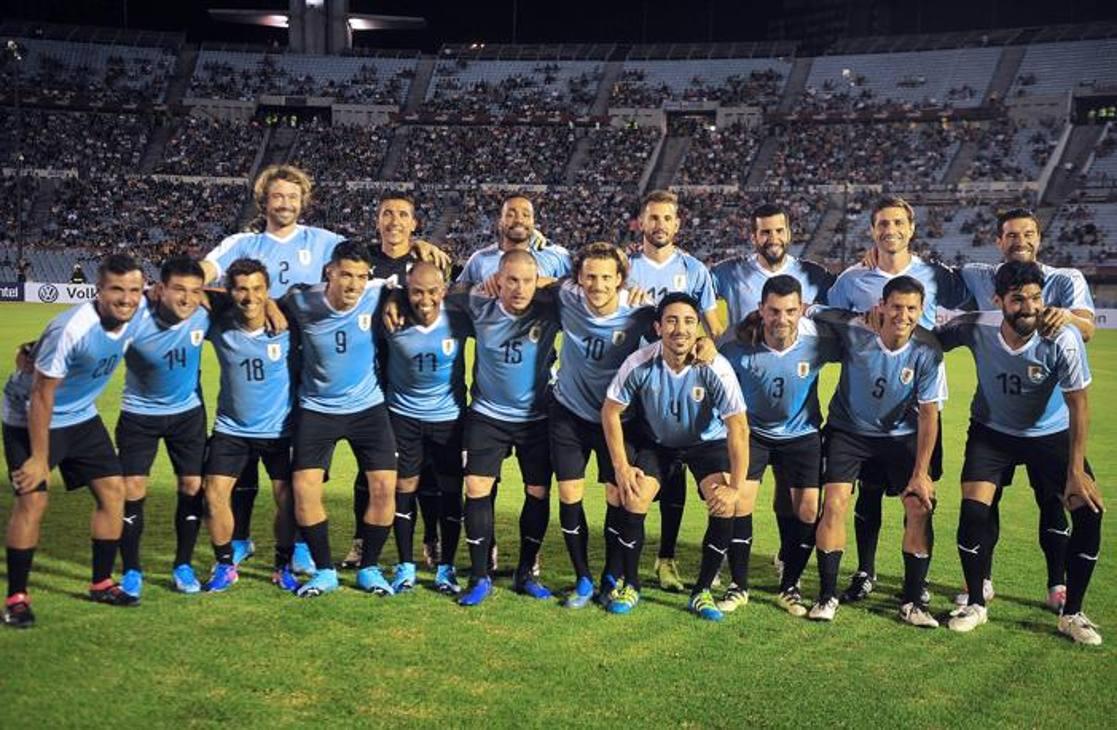 Foto di gruppo delle tante stelle presenti alla partita di addio al calcio di Forlan. Afp