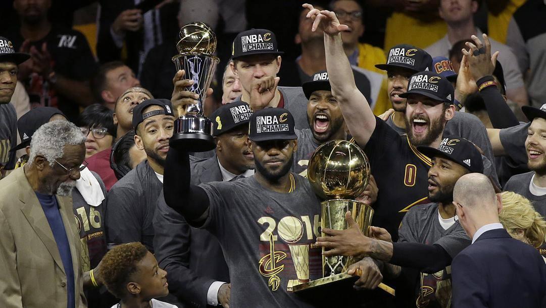 LeBron James nel 2016 col titolo vinto con i Cavs. Ap