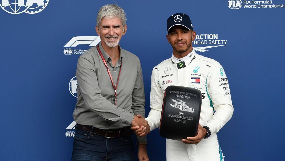 Lewis Hamilton (a destra) riceve il Pirelli Pole Position Award da Damon Hill (a sinistra) dopo la pole conquistata a Spa (Belgio) nel 2018. Afp