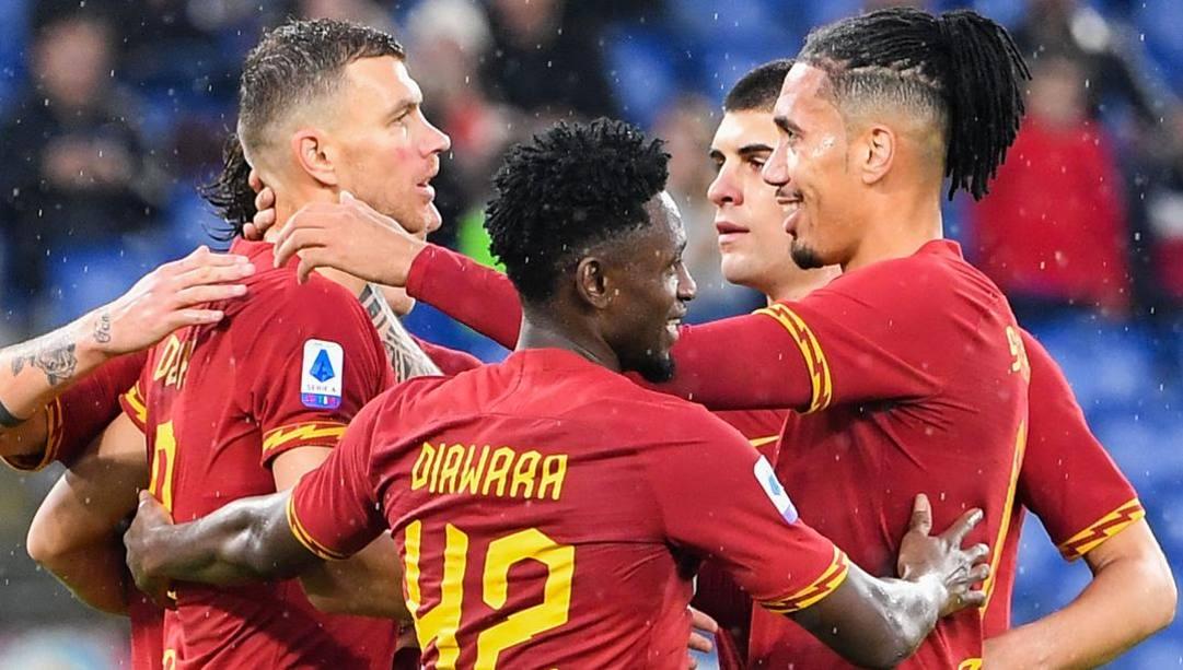 Dzeko festeggiato dopo il gol al Brescia