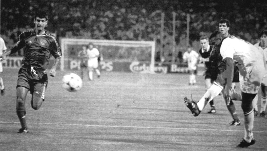 Il gol del 4-0 di Marcel Desailly nella finale di Champions '93 contro il Barcellona. Ap