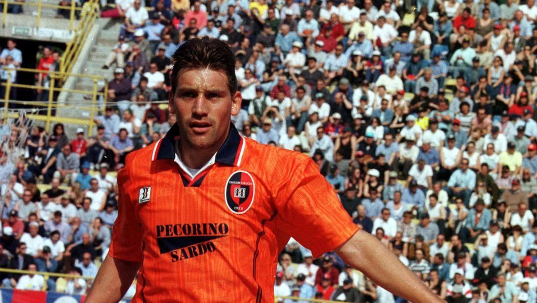 Fabian O'Neill in maglia Cagliari nel 1999. Ap