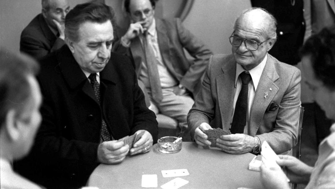 Enrico Ameri e Sandro Ciotti giocano a carte prima di una partita