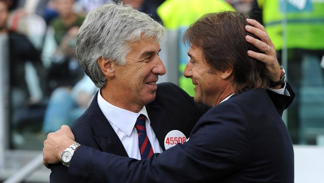 Gian Piero Gasperini, 61 anni, con Antonio Conte, 50: un abbraccio ai tempi di Juve-Genoa
