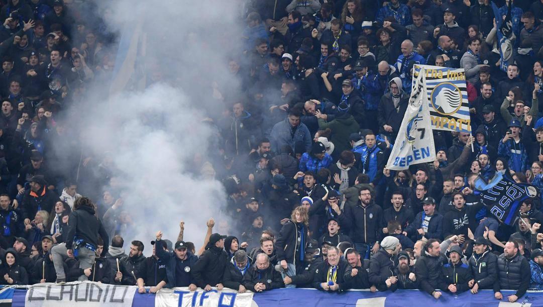 I tifosi dell'Atalanta a San Siro per una partita di Champions League. Afp