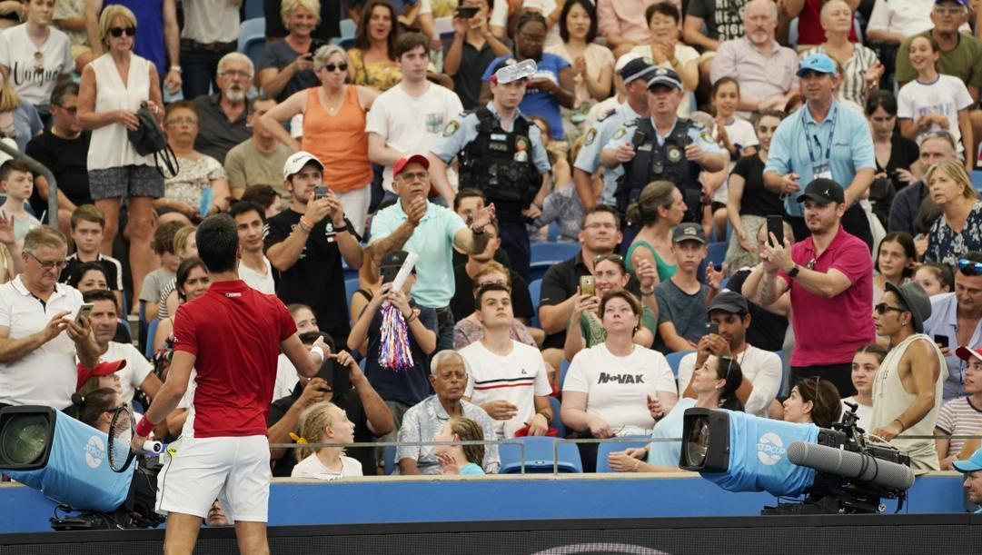 Djokovic lancia una bottiglia d'acqua alla signora svenuta