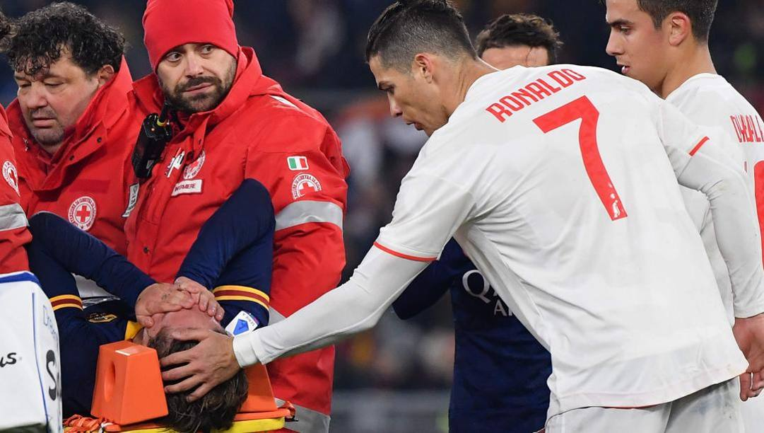 Nicolò Zaniolo sulla barella in lacrime sotto gli occhi di Ronaldo e Dybala. Afp