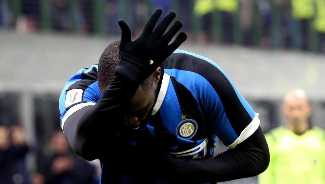 L'inchino di Romelu Lukaku alla curva dell'Inter. Epa