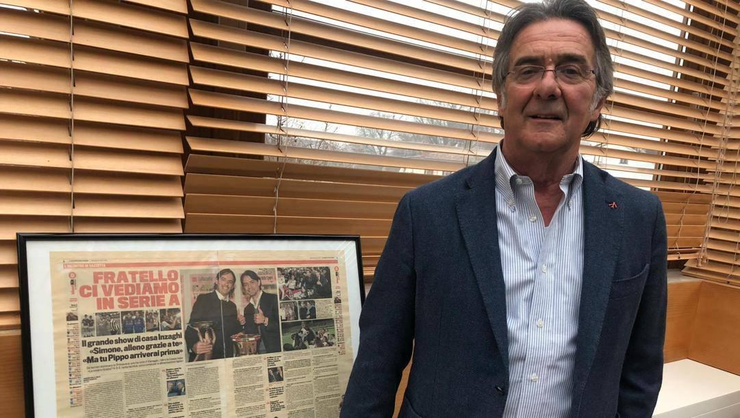 Giancarlo Inzaghi, 71 anni, con alle spalle una pagina della «Gazzetta» che celebra i due figli campioni