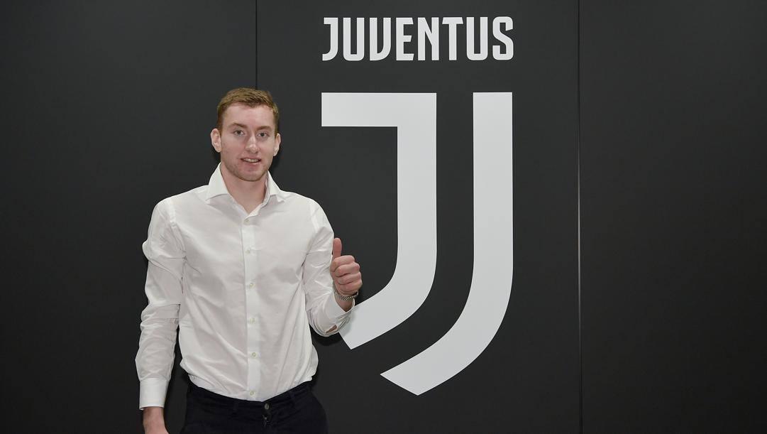 Dejan Kulusevski dopo la firma con la Juventus
