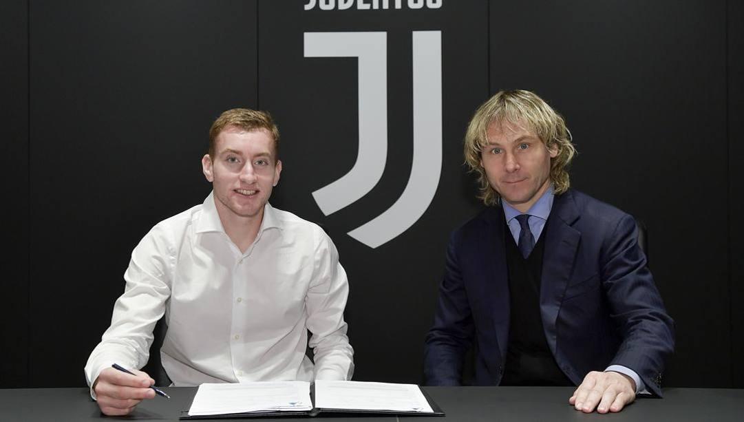 Kulusevski con  Nedved il giorno della firma del contratto con la Juve.Getty