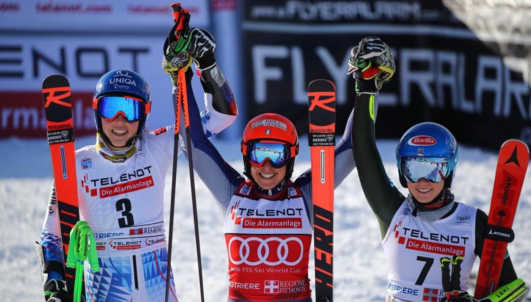 Federica Brignone in trionfo al centro, tra Petra Vlhova (a sinistra) e Mikaela Shiffrin (a destra). Ap