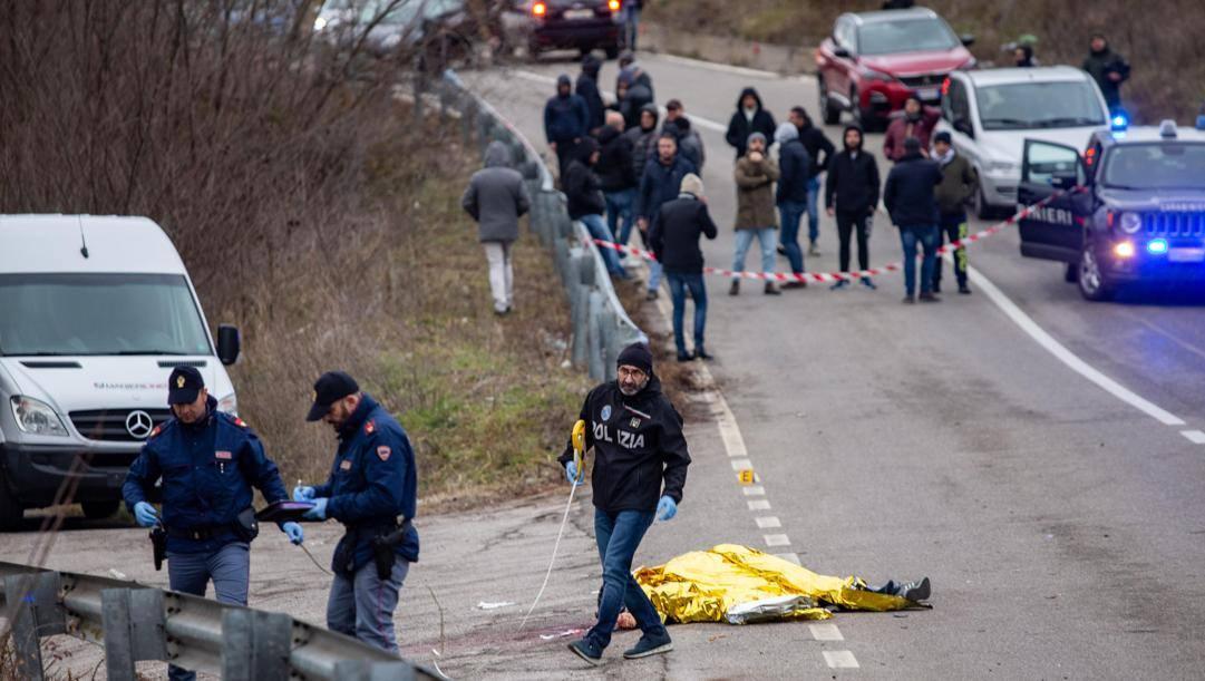 Il corpo di Fabio Tucciariello a terra, travolto dall'auto dei tifosi rivali. Ansa