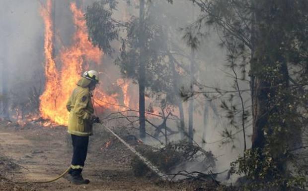 Un pompiere impegnato nella lotta gli incendi in Australia. LaPresse